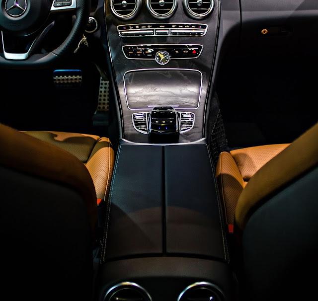 Nội thất Mercedes C300 Coupe thiết kế thể thao, hiện đại, đầy đủ tiện nghi