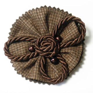 Broche tela, cordón y abalorios en marrones