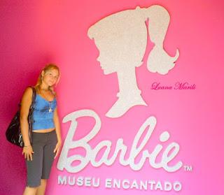 Luana na entrada do museu da Barbie em 2009