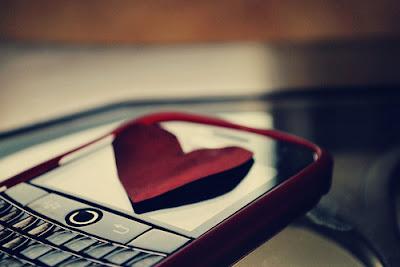 6 Cara Mendapatkan Hati Wanita Melalui SMS Atau Chatting