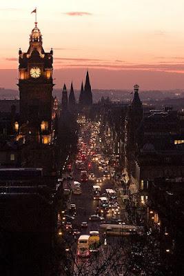 Couché de soleil sur la ville avec un cloché qui ressemble à Big Ben