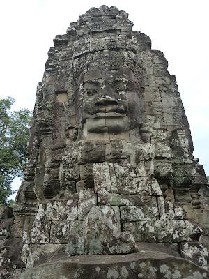 En su viaje solidario, también hizo turismo y visitó templos.