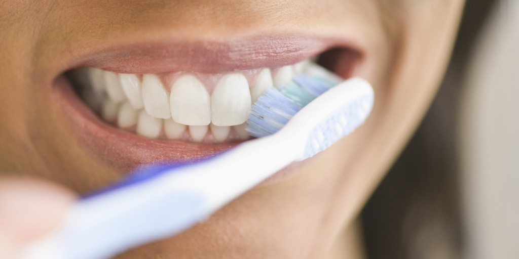 4 Cara Membersihkan Plak Gigi Ekspresimu