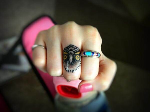 orta parmak baykuş dövmesi finger owl tattoo