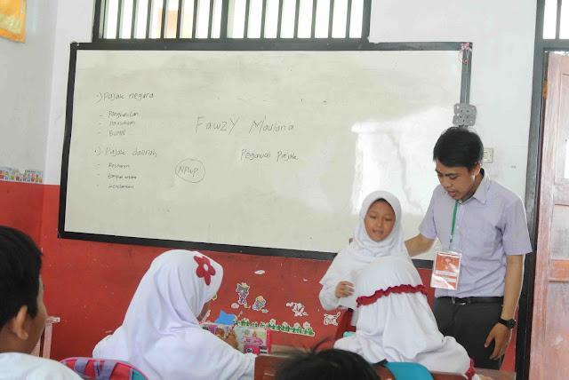 menjadi guru sehari dalam kegiatan kelas inspirasi depok 3