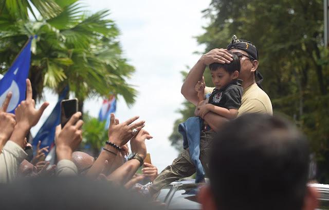 Peluk 2 Anak Kecil, Prabowo Tunjukkan Ketulusan
