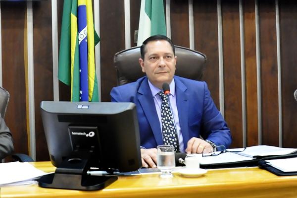 Deputado Ezequiel mantém servidora presa como sua chefe de gabinete na Assembleia