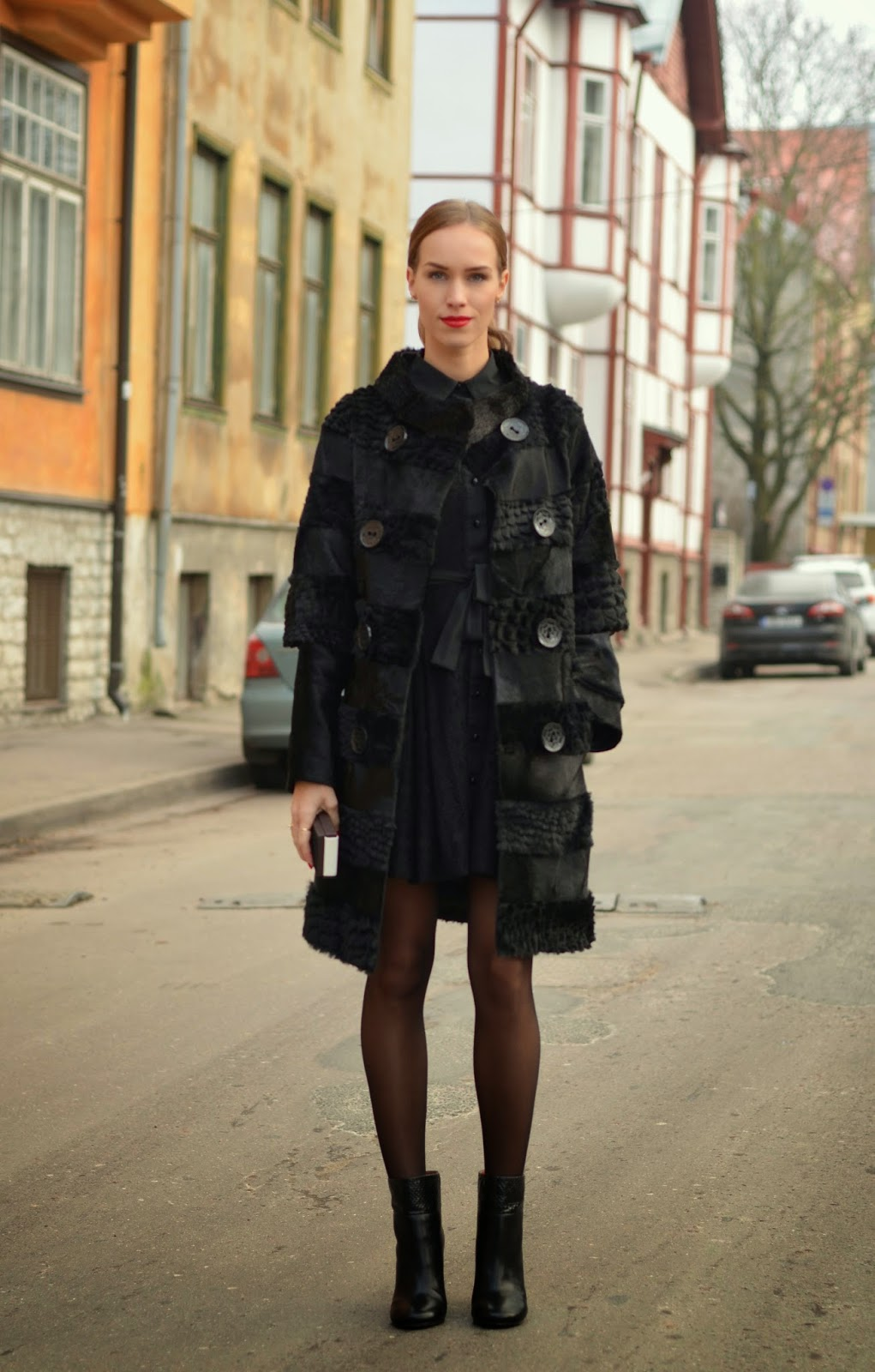 total-black-outfit-fur-coat-tallinn-dolls-dress-chloe-boots