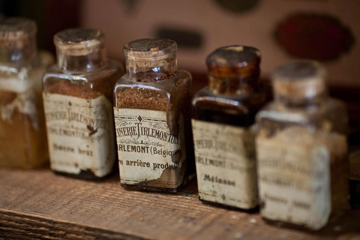 Vanhanaikaisia lasisia lääkepurkkeja.
