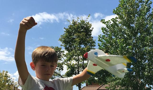 Avion de poliespan, unido a un carrete de hilo preparado para echar a volar