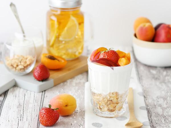 Cheesecake nel bicchiere con frutta fresca