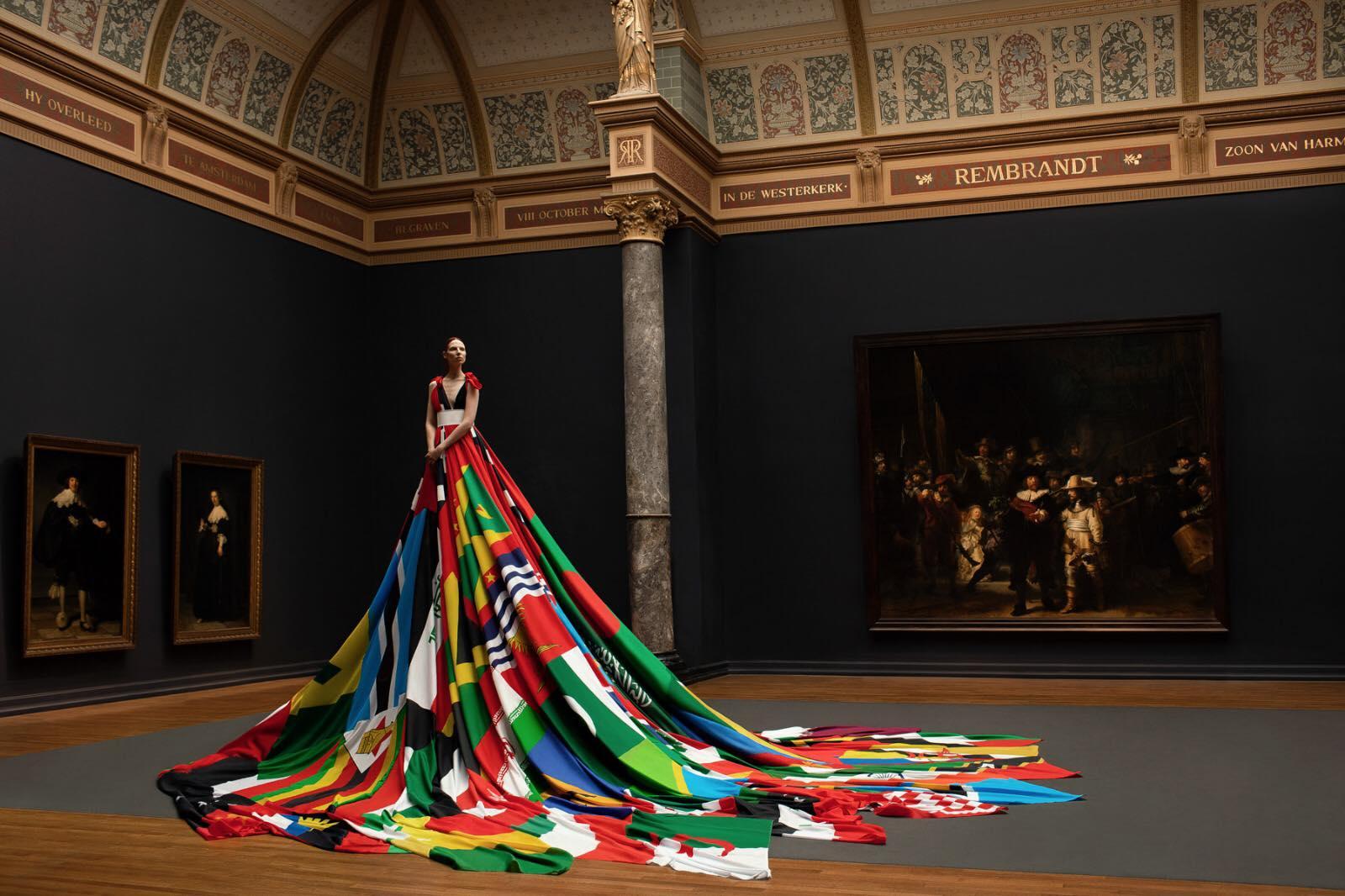 Modelo usa vestido feito com bandeiras de países que criminalizam pessoas LGBT