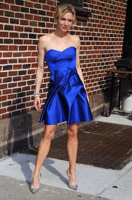 scarpin prata com vestido azul