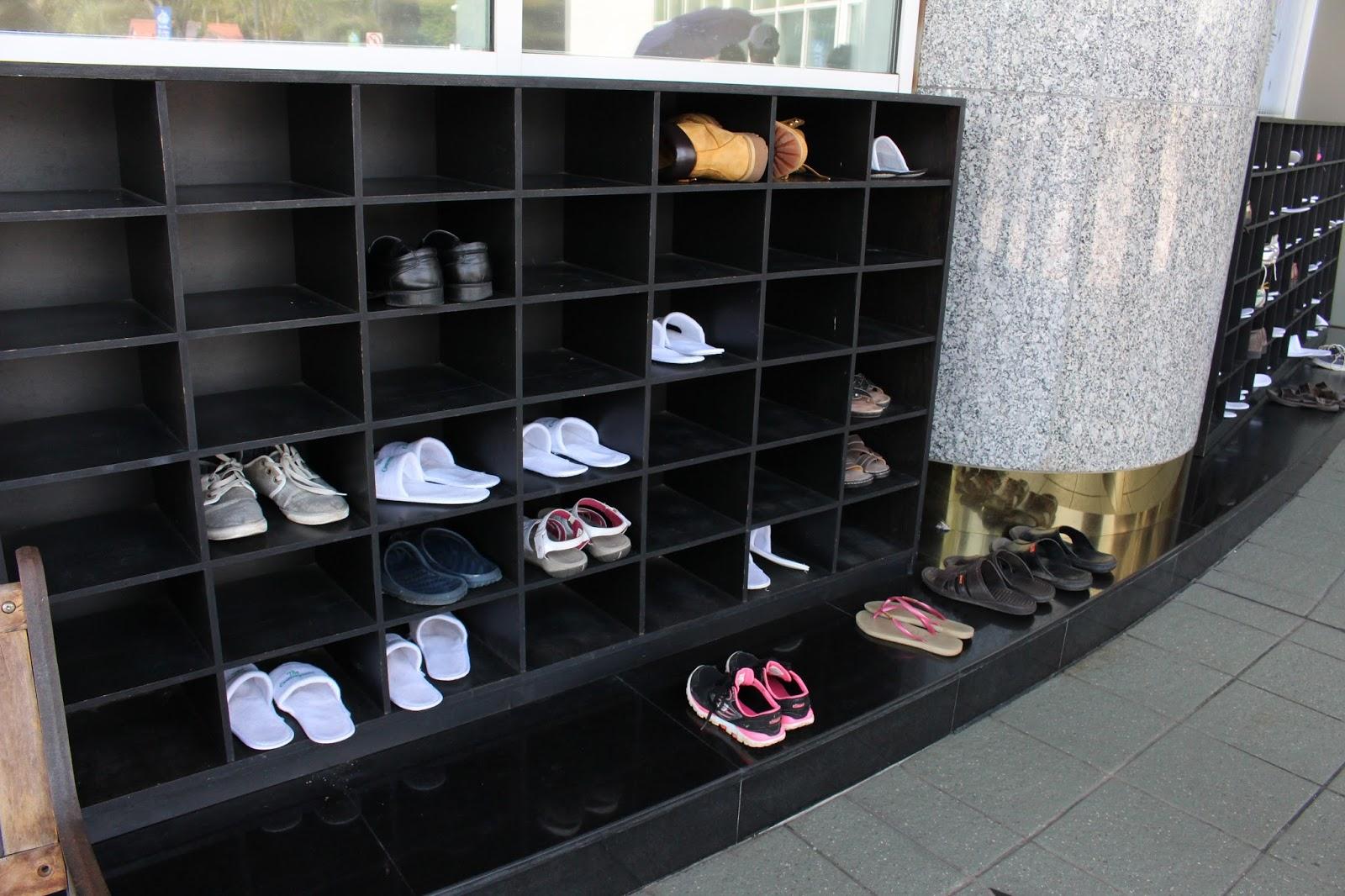 schoenrekken bij de ingang van een museum
