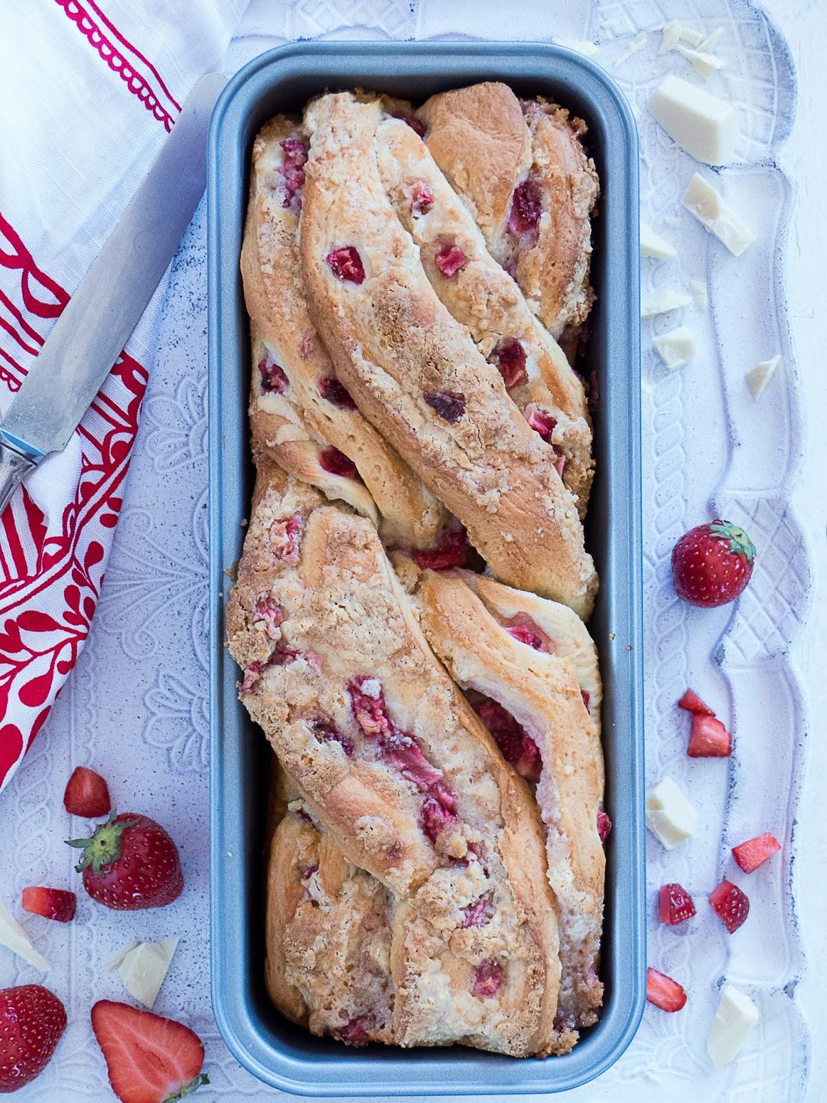 Erdbeere & weiße Schokolade Babka mit Butterkeks Streuseln & Kiwi Fruchtaufstrich