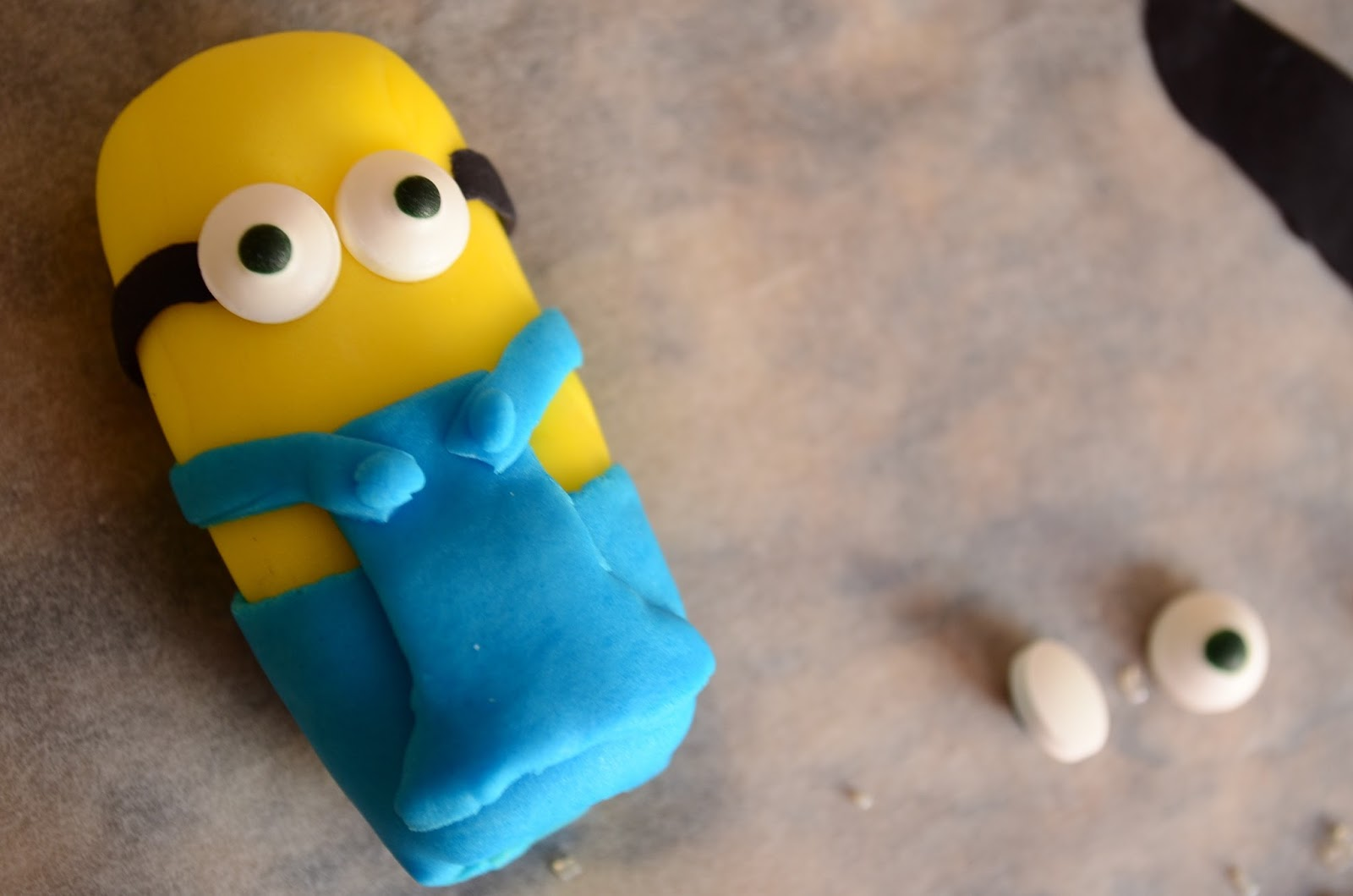 The Practical Mom: An Amateur's guide to making a Minions Cake, from Scratch !