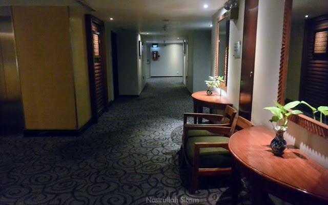 Menyusuri lorong menuju kamar tujuan
