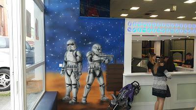 Malowanie obrazu na ścianie w pokoju dziecięcym, szturmowcy, z gwiezdnych wojen, malowanie Gwiezdne wojny