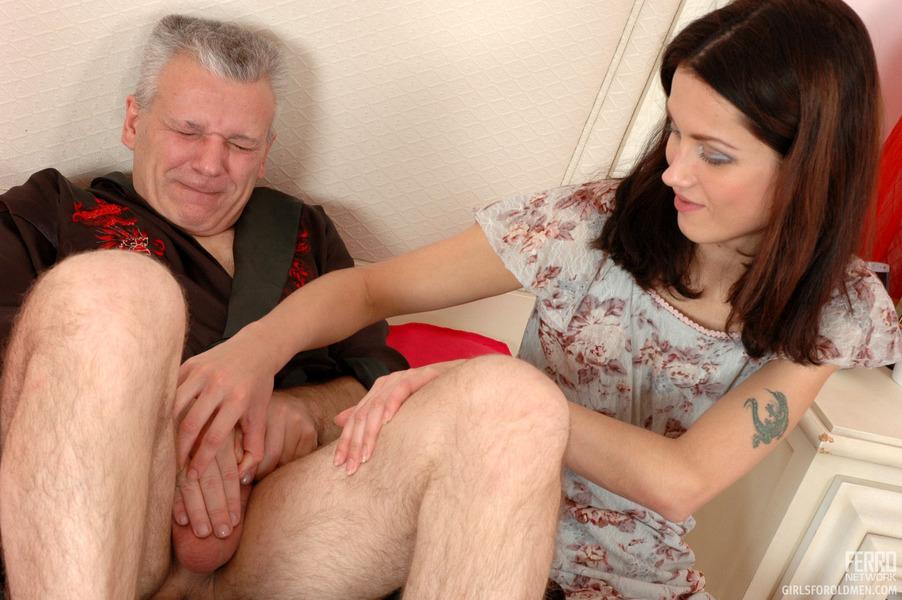 дочки развращают своих пап потом им дрочат член смотреть порно