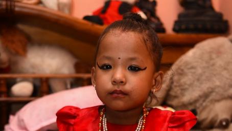 Dipuja sebagai Dewi yang Hidup, Seorang Anak Gadis 3 Tahun Disembah