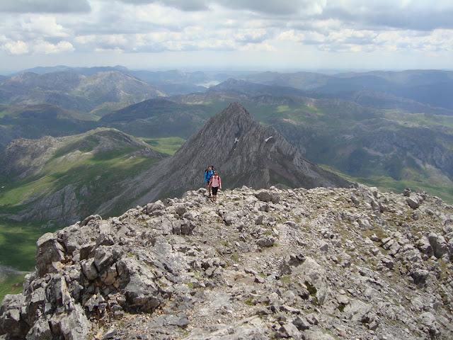 Cresta de Ubiña. Con Ubiña la pequeña de fondo y las montañas leonesas de Luna en un segundo plano.