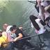 Турист обрушил мост с людьми, пытаясь сделать селфи