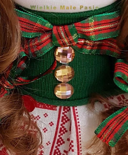 skarpetkowa lalka, lalka ze skarpetki, lalka ręcznie szyta, skarpetki dziecięce, zabawki ze skarpetki, zabawki ręcznie zrobione, herbaciane róże, kryształki dekoracyjne, lalka ręcznie szyta, zima, boże narodzenie, zimowa lalka, niebieskie ubranie, prezent ręcznie robiony, pomysł na prezent pod choinkę, prezenty bożonarodzeniowe, Sockenpuppe, Puppe mit Socken, handgenähte Puppe, Kindersocken, Spielzeug mit Socken, handgefertigtes Spielzeug, Teerosen, dekorative Kristalle, handgenähte Puppe, Winter, Weihnachten, Winterpuppe, blaue Kleidung, handgemachtes Geschenk, Geschenkidee unter dem Weihnachtsbaum, Weihnachtsgeschenke, sock doll, doll with socks, hand-sewn doll, children's socks, toys with socks, hand-made toys, tea roses, decorative crystals, hand-sewn doll, winter, Christmas, winter doll, blue clothing, hand-made gift, gift idea under the Christmas tree, Christmas gifts, muñeca de calcetín, muñeca con calcetines, muñeca cosida a mano, medias para niños, juguetes con calcetines, juguetes hechos a mano, rosas de té, cristales decorativos, muñeca cosida a mano, invierno, Navidad, muñeca de invierno, ropa azul, regalo hecho a mano, idea de regalo bajo el arbol de navidad, regalos de navidad, носовая кукла, кукла с носками, ручная швейная кукла, детские носки, игрушки с носками, игрушки ручной работы, чайные розы, декоративные кристаллы, ручная швейная кукла, зима, рождество, зимняя кукла, синяя одежда, подарок ручной работы, идея подарка под елкой, рождественские подарки,