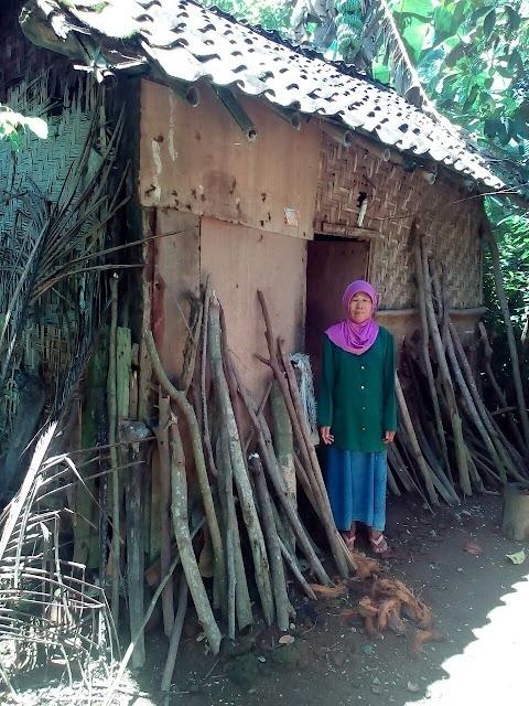 Nenek Ria didepan tempat tinggalnya