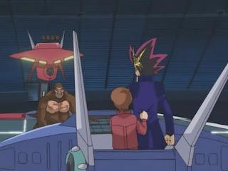 yugi librando un duelo en una arena de batalla dentro de la corporación kaiba