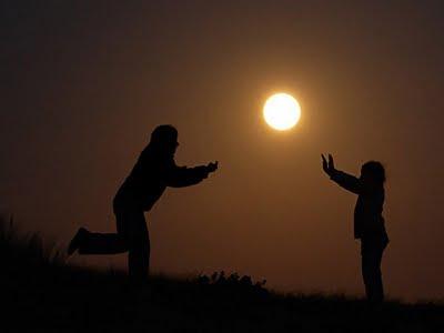 Bir top gibi Güneş ile pas oynayan çocuklar