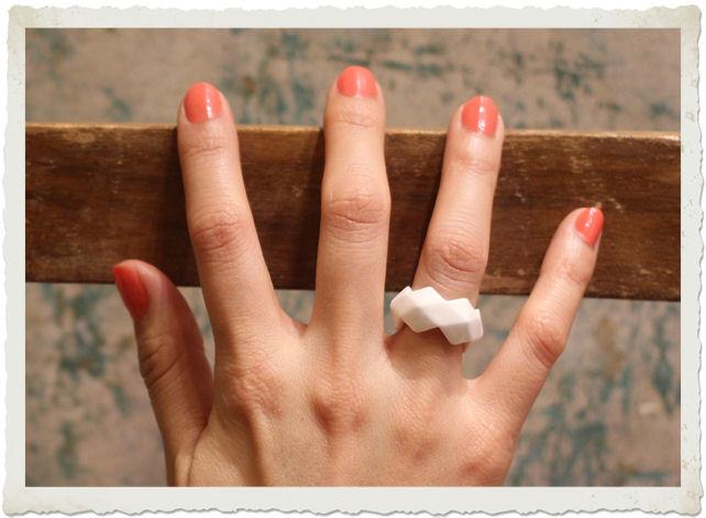 anello in porcellana indossato
