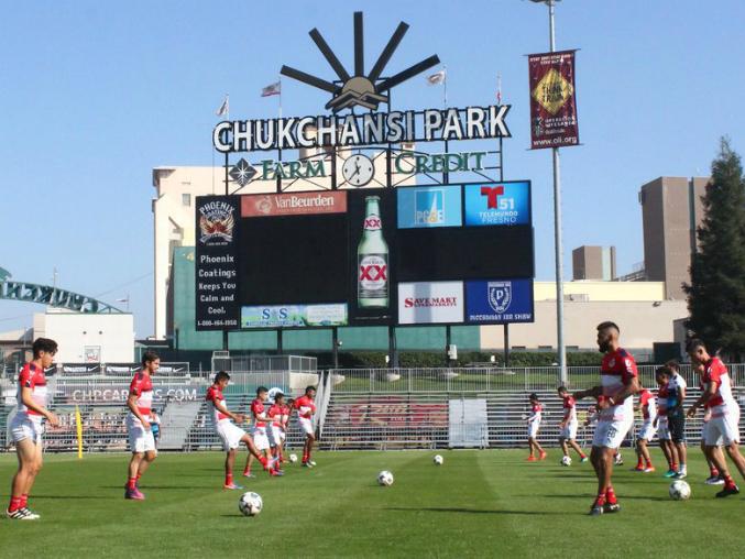 Jugadores de Chivas en Fresno, California preparándose para el encuentro.