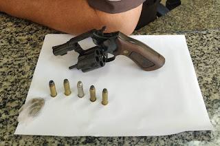 http://vnoticia.com.br/noticia/3373-jovem-preso-por-porte-ilegal-de-arma-de-fogo-na-praia-de-gargau