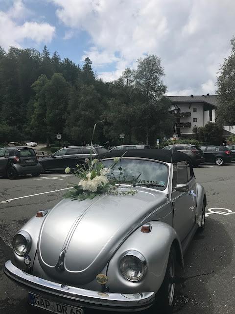 Oldtimer Käfer Cabrio Brautauto, Regenhochzeit im Sommer am Riessersee Hotel Garmisch-Partenkirchen, Bayern