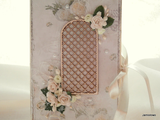 różana kompozycja kartki zbudowana wokół pergoli