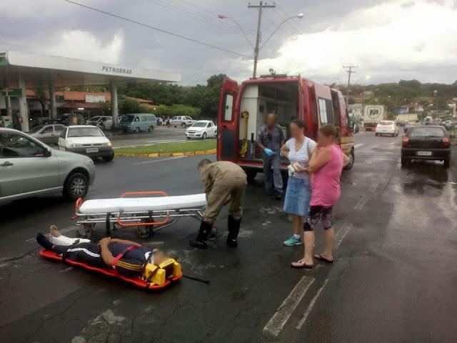 Acidente entre carro e moto deixa uma pessoa ferida na Avenida Washington Luiz