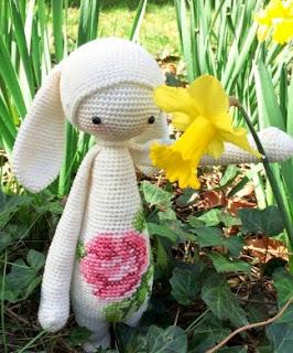 http://translate.google.es/translate?hl=es&sl=en&tl=es&u=http%3A%2F%2Fwww.lalylala.com%2F%3Fport%3Deaster-mod-kit-rita-the-bunny-a-free-lalylala-crochet-pattern