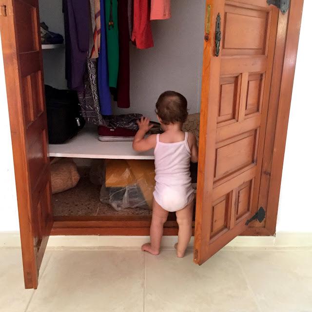 Bebé en el armario