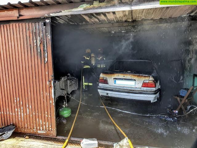 Dos vehículos arden en el interior de un garaje en El Paso