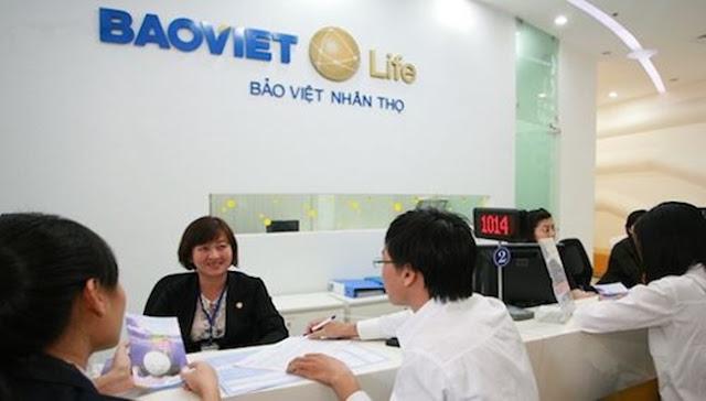 Khách hàng mua bảo hiểm nhân thọ Bảo Việt