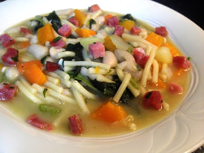 Guiso de fideos con judías blancas y verduras
