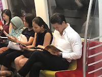 Viral! Cowok Ganteng Lagi Baca Buku di MRT