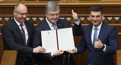 Порошенко підписав закон про закріплення в Конституції курсу до НАТО та ЄС
