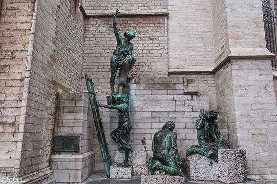 Escultura de los constructores de la catedral de Amberes