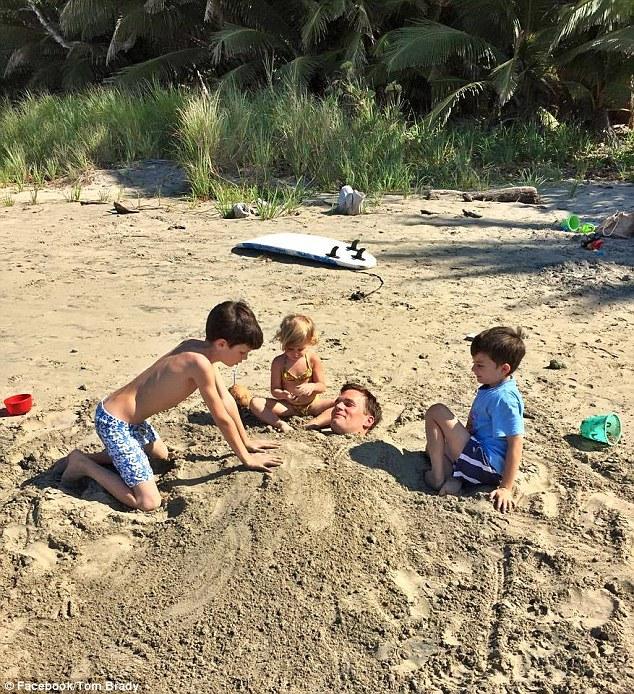 Jugando a enterrar en la arena