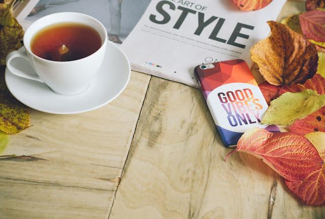 Disfrutar de un te mientras ves instagram