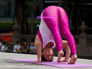 chicas bonitas haciendo yoga parque