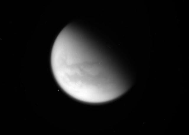 Imagem não processada de Titã feita pela sonda Cassini durante seu último sobrevoo, em 21 de abril de 2017