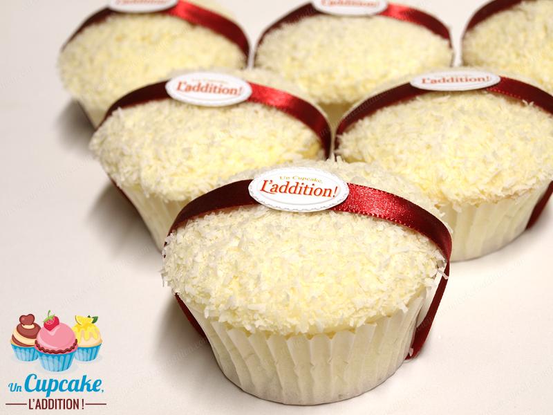 Cupcakes de Coco al estilo Ferrero Raffaello®: bizcocho genovés ligerísimo, corazón chocolate blanco con almendras crujientes, cobertura chocolate blanco y coco.