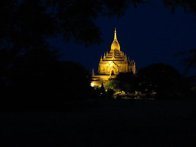 Noche en Bagán